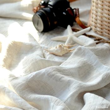フィンランドの雨上がりの水たまりをモチーフにした不規則なドット柄が美しい、ウォッシュドリネン100%のマルチユースタオル。コップ1杯分もの汗をかくと言われる睡眠時には、汚れが落ちやすく、吸水性、防カビ性も備えているリネンは最適な素材といえます。