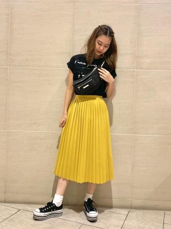 幼くなりがちなイエロースカートですが、ブラックのトップスや小物で合わせるとクールな雰囲気になりますね。あえてスカート以外をブラックで統一することで、個性的なイエロースカートの存在感が際立ち目を引く佇まいに。