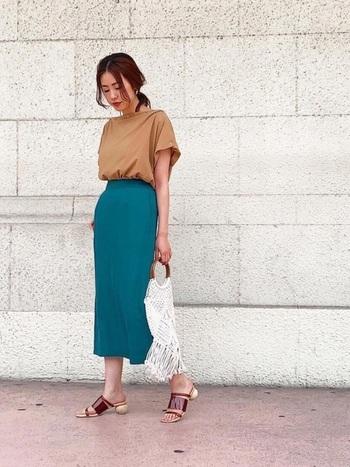 上品なグリーンカラーと相性の良いロングタイトスカート。引き締め感のあるカラーなので、タイトスカートなら尚更スタイルが良く見えます。ベージュやブラウンのアイテムで合わせれば、オフィスにもぴったりのきちんとコーデに。
