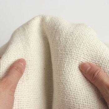 100年無農薬の土地で作られたこだわりのコットンを用い作られたシーツはナチュラルな風合いが魅力。手紡ぎなのでたっぷりと空気を含み、やさしい肌触りです。