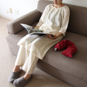 ひざ上丈のゆったりとしたタイプなので、そのままワンピース風に着てもいいですし、お腹の冷えが気になる方はボトムスと合わせて着るのもおすすめです。