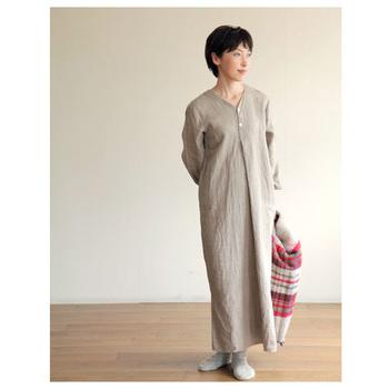 fog linen workのスピカ リネンナイトシャツは、長めの丈で締め付け感がなくゆったりとした着心地が特徴です。リネン100%で着るだけでこなれた雰囲気になるので、おしゃれな部屋着としてもおすすめ。