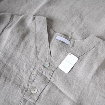 寝汗を吸い取り、快適にリラックスして着ることが出来るリネン素材のパジャマ。洗濯するたびにやわらかくなっていく風合いを楽しんで。