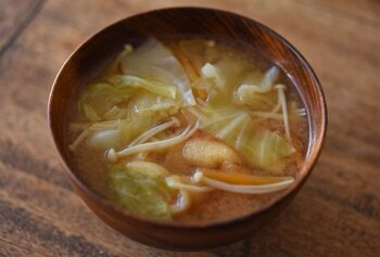 雪平鍋で作る定番料理といえば味噌汁です。具材に火が通りやすいので、忙しい毎日に助かりますね。
