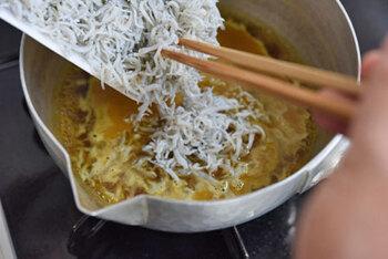 しらすをスパイシーに炊いていく「カレーちりめん」。煮汁を飛ばしながら煮ていくのがポイントなので、蓋のない雪平鍋での調理が◎。