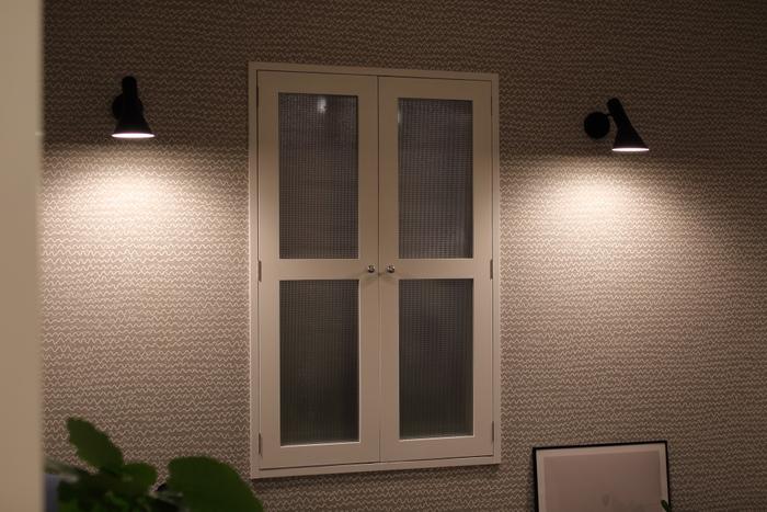 間接照明は白い壁に反射させると、よりお部屋が明るくなりおすすめです。また、小さな照明を集めて、まとめて使うのも照明が違った表情を見せるおしゃれな使い方ですよ。部屋全体を照らす必要はなく、明るい必要がある場所だけを照らすのがポイント。