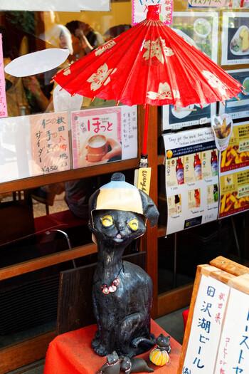 街中には猫を象ったお人形や猫をモチーフにしたお土産、スイーツなどがたくさん!全部探すと縁起が良いとされる7匹の木彫り猫など、商店街を歩くだけでも楽しい気持ちになれるんです。