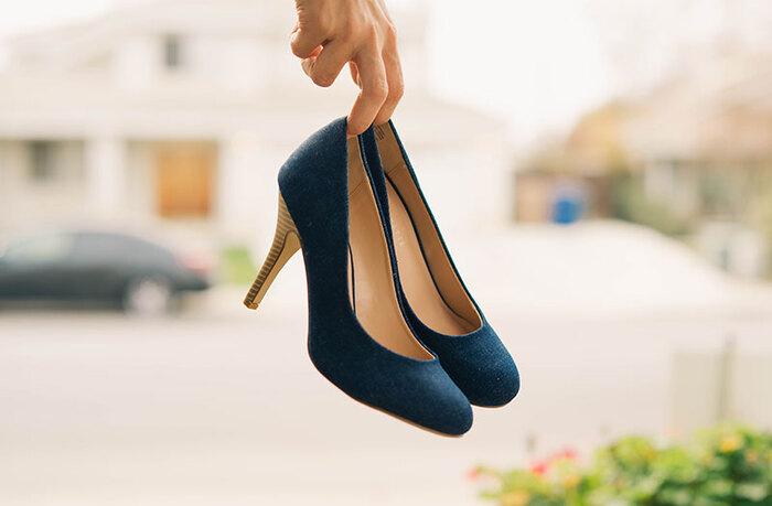 朝はスッと履けた靴が夕方になるときつくなる、というのは足のむくみの代表的な症状。立ちっぱなしや座りっぱなしなど同じ体勢が続くと水分が足元に溜まり、脚が膨張してしまうのです。