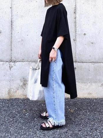 黒Tシャツワンピースに切りっぱなしデニムを重ね穿きしたレイヤードスタイル。深めのサイドスリット入りなので、ワイドなボトムスもバランスよく着こなせます。