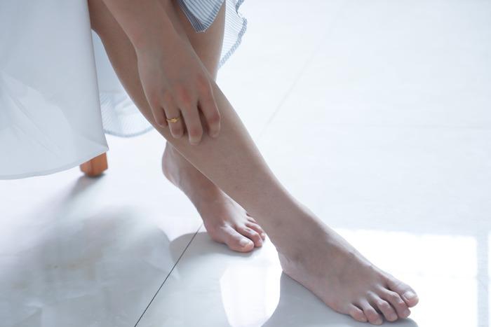 足首からひざ裏にかけて、ゆっくりスライドさせながらもみほぐしていきます。リンパを流すイメージで、下から上へさするだけでもむくみが軽減されますよ。