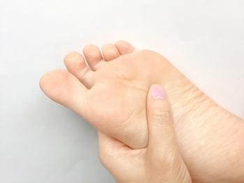 足裏の真ん中あたりにある「湧泉(ゆうせん)」は、体内の水分調節に働きかけるツボ。こちらもむくみが気になる時に役立ちます。ツボを押す時は痛すぎない力加減で、ゆっくり垂直に押してみてください。