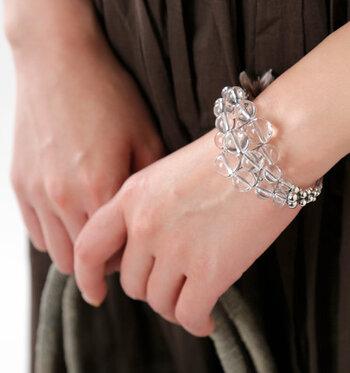 腕を出す機会が増える夏。手首を華やかに引き立てるデザインブレスレットの出番です。大きさの違うボール状クリスタルを連ねたブレスレットなら、そのインパクトで指輪やネイルアートなしでも手元のおしゃれ感はばっちり♪