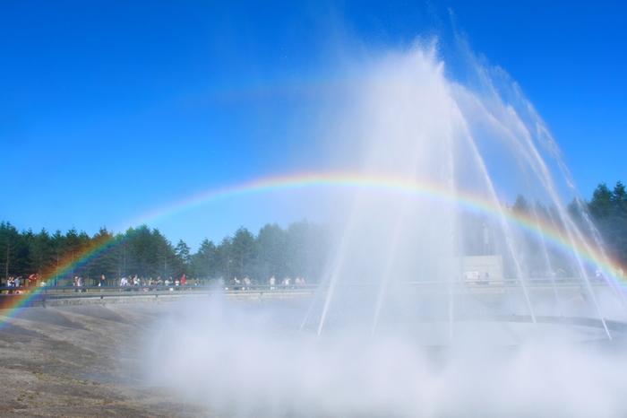 """直径48mの大きさで、最大25mまで水が吹き上がる「海の噴水」。ダイナミックな水の動きは、""""水の彫刻""""と呼ばれ、目が離せなくなる迫力です。(開催期間は4月末から10月中旬まで。)"""