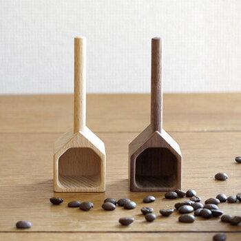 ウォルナットとビーチの天然木を使用したコーヒーメジャー。おうちの形は、ただ可愛いだけでなく自立する優れもの。一杯で約10gの豆がすくえます。