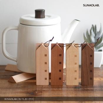 コンパクトに折りたためる、ナチュラルな木製のおうちの形鍋敷き。小さなポットから大きめのお鍋までマルチに使えます。インテリアに合わせて、4種類の木地からお好みの色を選べるのもうれしい。