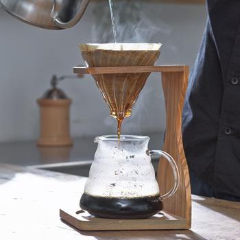 コーヒータイムが待ち遠しくなる、木のコーヒードリップスタンド。オリーブウッドの木目が美しく、時間がゆっくり流れるような満たされた気分になれそう♪