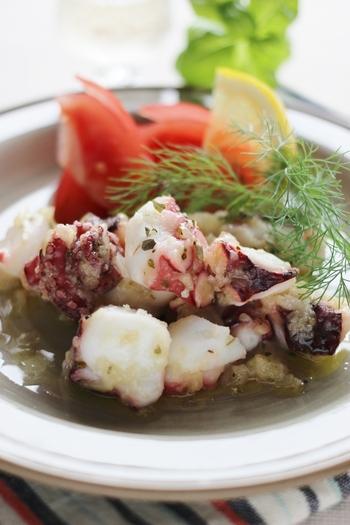 オリーブオイルで魚介をさっと炒めて、ハーブソルトで味付け。オリーブオイルをたっぷり入れて、アヒージョ感覚で頂きましょう。