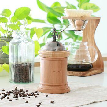 木製のコーヒーツールで、大切な人と語らいながら、豊潤な1杯を楽しみませんか?こちらは明るい天然木を使用したコーヒーミル。丸い取っ手も可愛らしく、使わないときも絵になるインテリア性も魅力です。