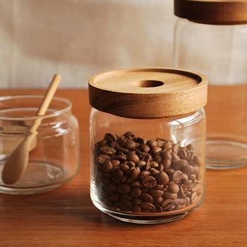 ナチュラルな温もりを感じる木蓋のガラスジャー。内側はシリコンパッキンが付きなので密閉性が高く、コーヒー豆はもちろん、角砂糖などの保存にもぴったりです。