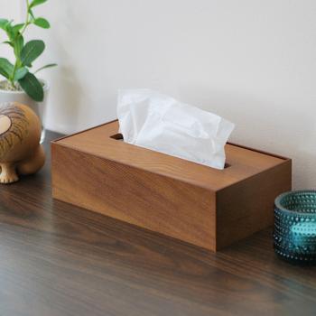 天然木を使用したやさしい温もりのティッシュケースは、上蓋を開けて箱のまま入れ替えるだけ。ナチュラルな雰囲気はお部屋のテイストを選ばず取り入れやすいのが魅力です。