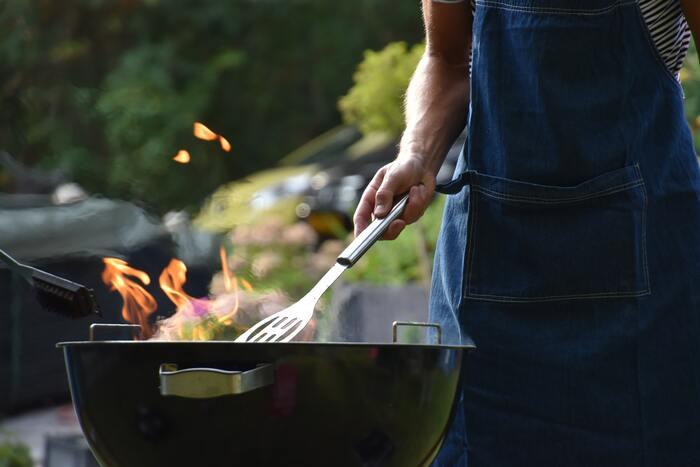 たとえば同じ「BBQ」の施設でも、「食材手配や火おこし・片付けは全てスタッフが担当し、利用客は焼くだけ」という楽ちんなプラン。はたまた、「BBQ機材のレンタルや食材を事前に申し込む必要があり、基本的にはすべて自分たちで作業」というプランの場合も  当日行ったら下調べ不足で「思っていたのと違う・・」ということだけは、避けたいですよね。  施設によって、「手ぶらで至れり尽くせり」派、「基本はキャンプスタイルで、必要に応じて手ぶらもOK」派と、スタンスが異なったりします。「グランピング=全部お任せ!!」と思考停止して考えてしまわないように、ご注意を。