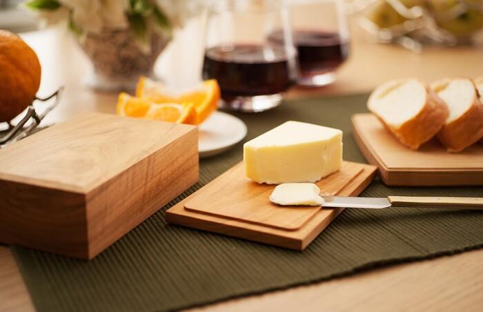 バターを木製のバターケースに詰め替えるだけで、ナチュラルな温もりを感じる食卓に。木製は温度変化の影響を受けにくく、適度なかたさでバターの鮮度を保ってくれます。