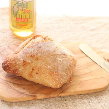 オリーブウッドのカッティングボードは、傷が付きにくく、味わいのある木目と繊細なフォルムに一目ぼれしてしまいそう♪チーズや生ハムをカットしたら、そのままテーブルに出せるのもいいですね。