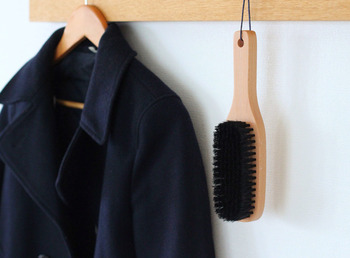 豚毛の洋服ブラシ毎は日使いのお洋服のお手入れに丁度いい。コートと一緒に引っ掛けて、お手入れの習慣化をしたい。