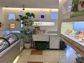 新宿駅東口から徒歩3分の「タカノフルーツパーラー」は、創業120年の老舗フルーツ専門店「新宿高野」直営のお店。旬のフルーツの美味しさを最高の食べ方で楽しむことができます。