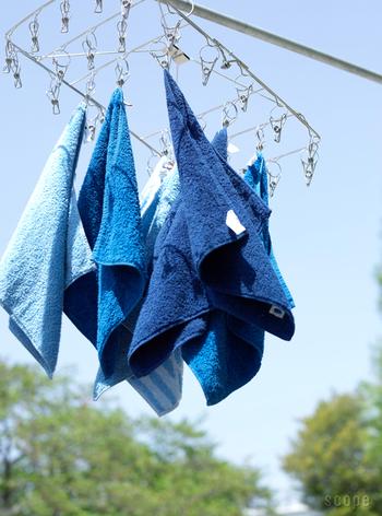 また、パジャマの乾燥対策としては、眠る前に、肌と肌着の間に汗取りパッドや薄手のフェイスタオル(タオルの端を首元から出して襟にひっかけておく)を1枚入れてあげるのがオススメ。  寝汗で濡れたら、背中のパッドやタオルを抜くだけで、着替えさせなくてもさらりとしたパジャマでそのまま眠らせてあげることができます。