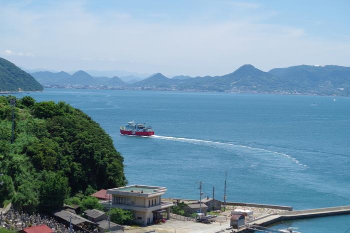 男木島(おぎじま)は香川県高松市沖にある小さな島。NHKの世界ネコ歩きという番組で取り上げられて以来、猫の島として人気になりました。島民の数よりも猫の方が多くなり、多すぎる猫が問題視されたこともありましたが、現在は猫と人とが共存できる穏やかな島になりました。