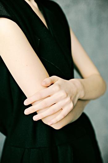 腕や手のむくみが気になる時にすぐにできる対処法が「腕伸ばし」。ドアを押すように片方の腕を体の前に真っすぐ伸ばし、反対側の手で指を持ってゆっくり反らします。これを左右で行ってください。