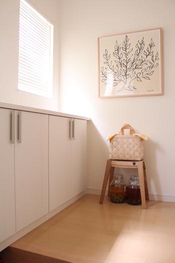 例えば、玄関まわりで使用する雑貨をバスケットに入れて、クロスで目隠しすれば、玄関の素敵なアクセントに。  下のスペースには、梅シロップを。玄関は涼しい造りになっていることが多いので、保存しておく場所としても使えるケースが多いですね。
