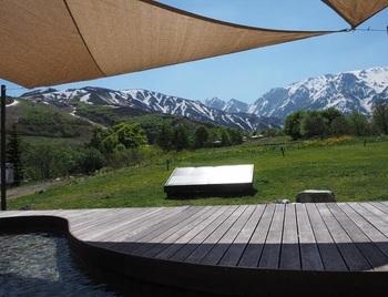 動画にも登場の「絶景の足湯」、頭上には日差しを遮るタープが設置され、タオルの無料貸し出しもありますよ♪