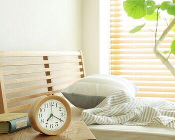 アラーム付きの木製置時計は、ナチュラルな雰囲気でいつもより気持ちよく起きられそう。枕元やデスクの上にちょこんと置けば癒し空間に。