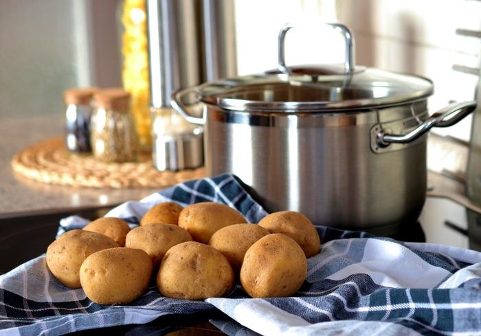日持ちする野菜はすぐに使い切らなくても安心なので、しっかり保存しておけばお料理初心者さんでも無駄なく使い切ることができる便利な食材です。そして、土の下のもの、例えばジャガイモやニンジンなどはビタミンも豊富で腹持ちも良いので、主菜としても活躍してくれます。 ジャガイモから考えられるレシピ案としては、ポテトサラダやコロッケ、そしてポテトグラタン。 ニンジンは、キャロットラペなど。