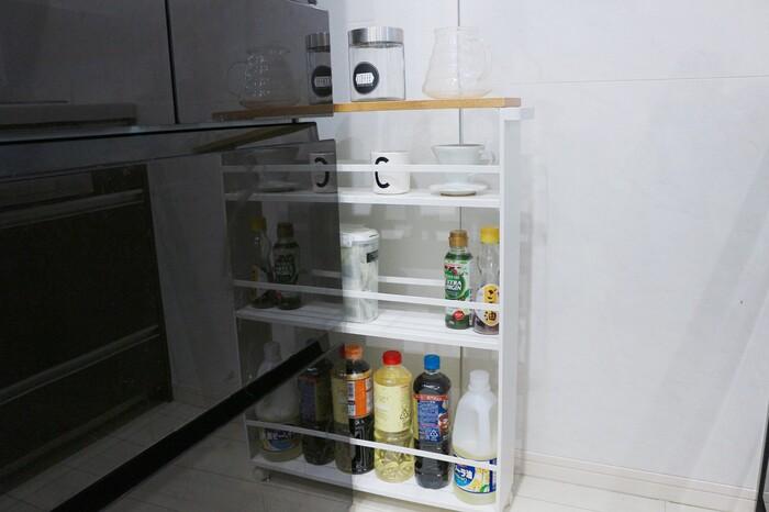 こちらのお宅では、冷蔵庫の脇にスリムなワゴンを取り入れています。調味料や油などがひとまとめになっているため、調理がスムーズに進みそう。