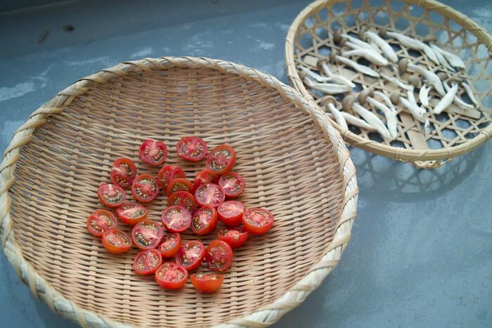 またプチトマトなどは天日干ししてオイル漬けにしても良し、火が足りない場合は天日干しをした後にオーブンで更に焼いて水分を飛ばしドライトマトとして活用することもできるのでとっても便利です。