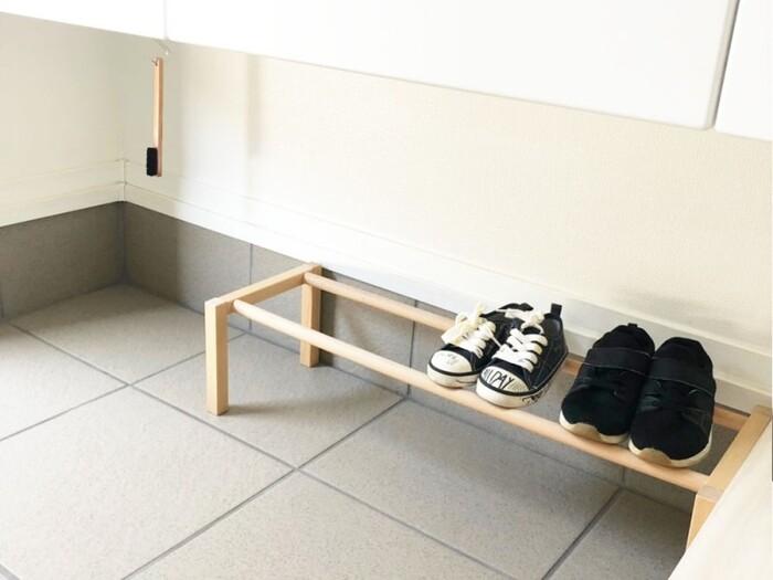 靴は、ラックを使って2段使えるようにすれば収納力もアップ。良く使うお子さんの靴と大人の靴を、1カ所にまとめて置いておくことができますね。