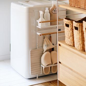 かさばってしまう洗濯用品やバスグッズなども、すき間を上手に使えば、通気性良くすっきりとまとめることができますよ。