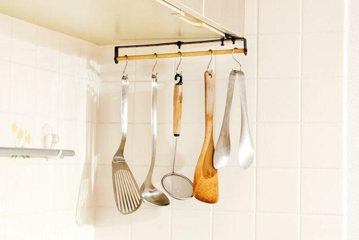 キッチンツールをまとめるなら、吊るすタイプのハンギング収納がおすすめ。1フック1アイテムに統一すれば、手にとりやすく家事が効率的に進みます。こちらのように、縦ラインに並ぶタイプなら、小さなすき間にもすっきり収まりますね。