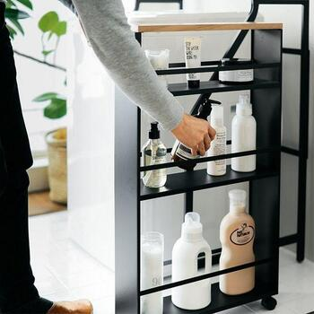 すき間収納が活躍するのは、主にキッチンや洗面所などの水まわり。限られたスペースに置くものが多い場所のため、少しでも収納が増やせれば便利ですね。  写真のようにスリムでも高さのあるワゴンがあれば、ボトルや小さなアイテムをたっぷり収納できます。