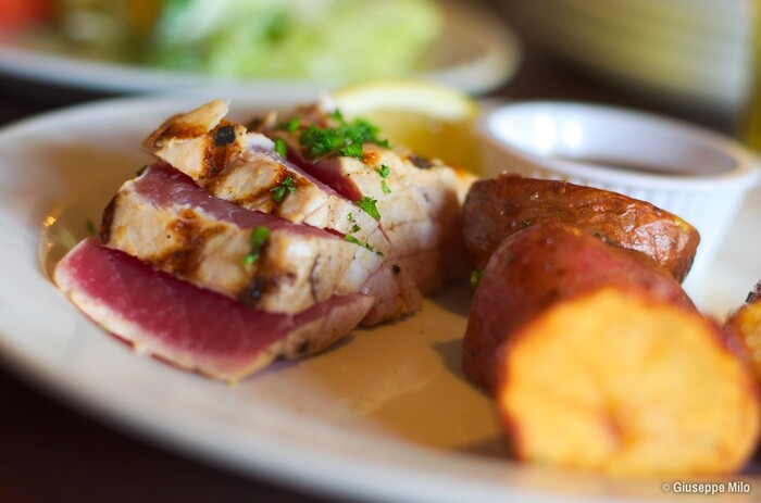 意外と便利なレシピがお魚のステーキです。マグロなどは柵で買ってきてささっと焼けば立派で豪華な一品になります。そしてお刺身用の柵は生でも食べられるので表面に焼き色をつける程度でも大丈夫です。そのほかのサーモンやメカジキなどはしっかり火を入れる必要があります。