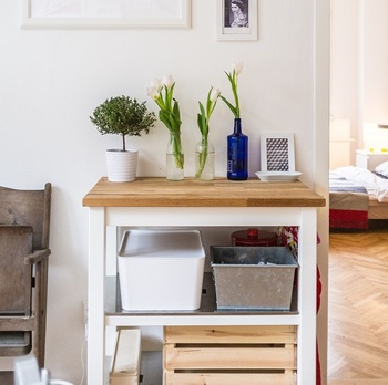 使っていない家具や小物を出しっ放しにしておくと、部屋が散らかった印象になり、狭く感じてしまいます。そこで、季節性のある小物や、来客用の椅子などは収納できるものを選んでみてはいかがでしょうか。使わない時はしまっておけるから、部屋を広く使うことができ、快適に過ごせます。最近よく見かけるスタッキングチェアは、何個も重ねて置いておけるから、お客さんの多い家では重宝しそう。