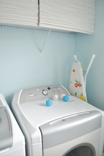 毎日使う洗濯機周りは、必要なアイテムも多いだけに気付くと色々な物で溢れがちです。色も形もバラバラのボトルやランドリーグッズが散らばっているのはなんだか残念…。 使いやすく、見た目にも爽やかなランドリースペースに変えていくために、押さえておきたいポイントを見ていきましょう。