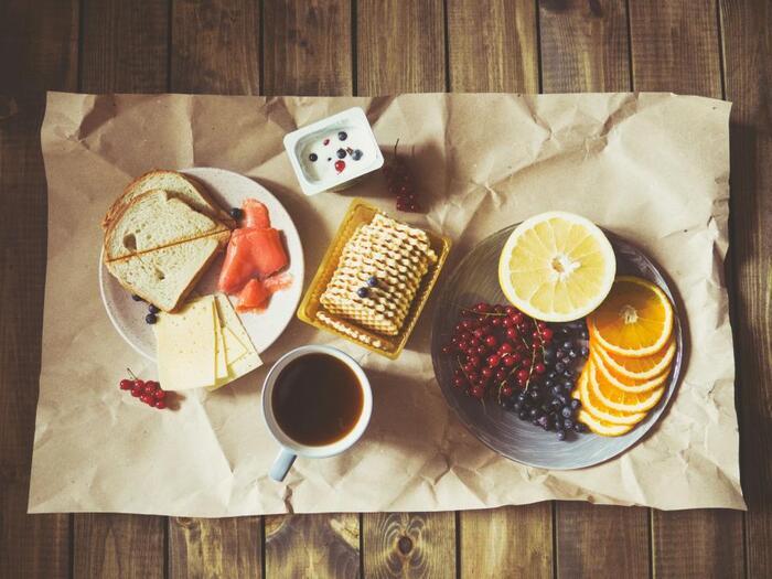 お弁当を作るとなると手間もかかるし作りこんでしまいがちですが、フルーツやハムなど手軽に食べられるものを持っていくことで、ピクニックがもっと身近になりそうです。