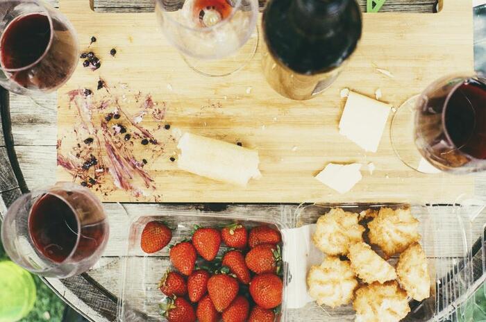 美味しいワインとパン、さらに野菜やフルーツがあれば簡単な調理で美味しいランチが作れそうですね。