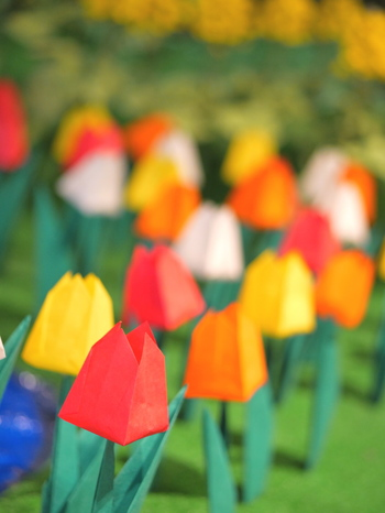 素材や色を工夫して。折り紙でカラフルな花束を作っちゃいましょう♪
