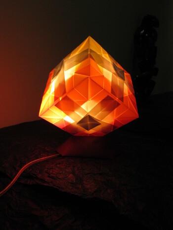 紙風船や鶴などで作れば、ライトに照らされ、雰囲気がアップしますよ。柔らかく温かい間接照明の出来上がり♪