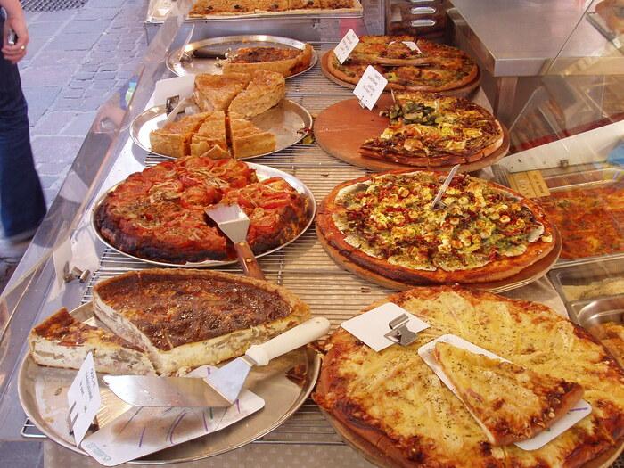 フランスの家庭料理定番のキッシュは、スーパーでもパン屋でも見つかります。種類・サイズも豊富です。